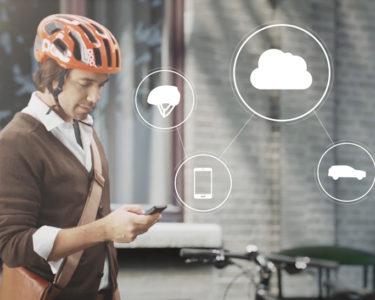 Un casco para ciclista que se conecta a los vehículos cercanos para prevenir accidentes