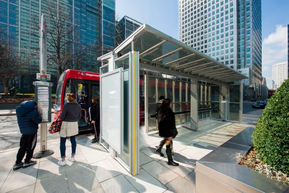Esta lámina semitransparente convierte el mobiliario urbano en paneles solares