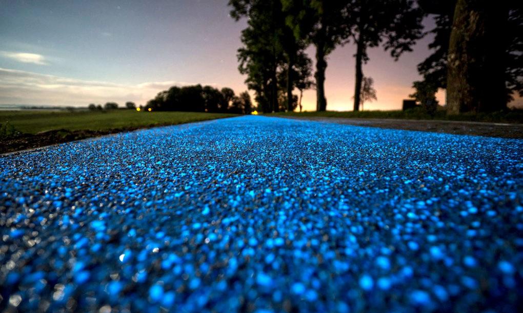 Un carril bici que brilla por la noche sin usar electricidad