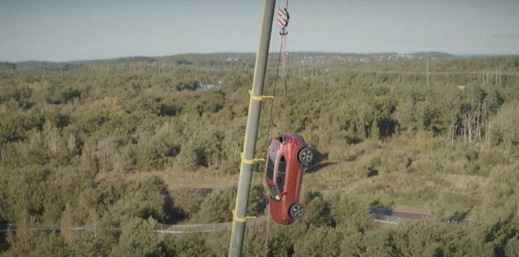 Coches cayendo desde 30 metros de altura: un experimento que busca el realismo y mejorar la seguridad